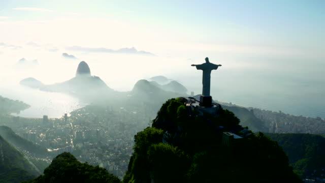 vídeos y material grabado en eventos de stock de aerial view of corcovado and guanabara bay at rio de janeiro, brazil - jesucristo