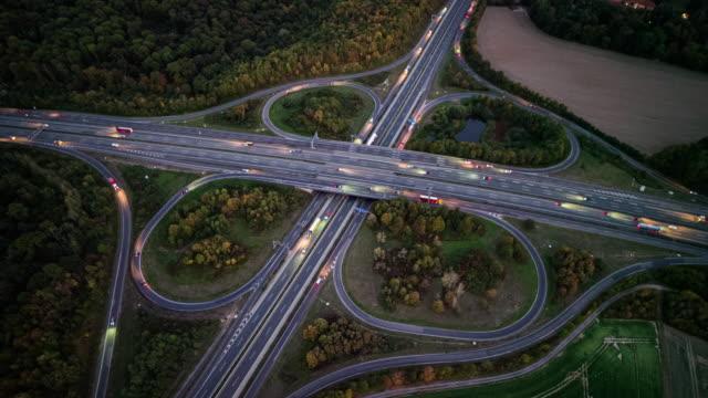 luftaufnahme der kreuzung von autobahnen - straßenüberführung stock-videos und b-roll-filmmaterial
