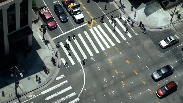 vídeos de stock e filmes b-roll de aerial view of crosswalk and traffic - passadeira via pública