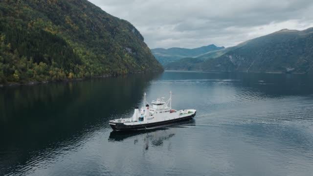 luftaufnahme von kreuzfahrtschiffen auf dem geirangerfjord in norwegen - ferry stock-videos und b-roll-filmmaterial