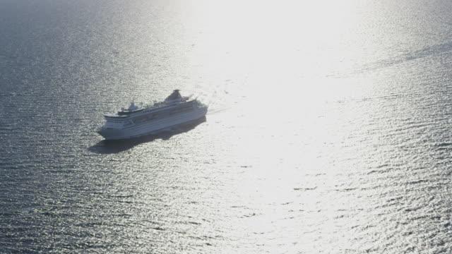 vídeos de stock, filmes e b-roll de aerial view of cruise ship, red r3d 4k - navio cruzeiro