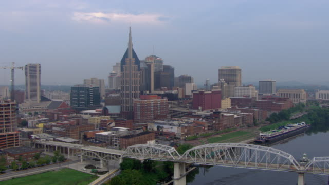 aerial view of cumberland river and bridges with downtown nashville, tennessee at dawn. - はしけ点の映像素材/bロール
