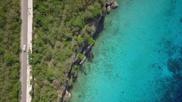vídeos y material grabado en eventos de stock de vista aérea de costa de curacao y camino - mar caribe