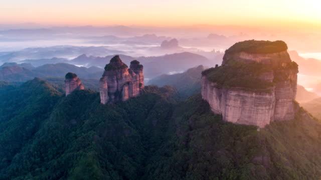 vidéos et rushes de vue aérienne de montagne danxia - time lapse - canyon
