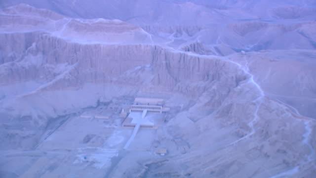 aerial view of deir el bahari and temple of hatshepsut, at dawn. - tempio di hatshepsut video stock e b–roll
