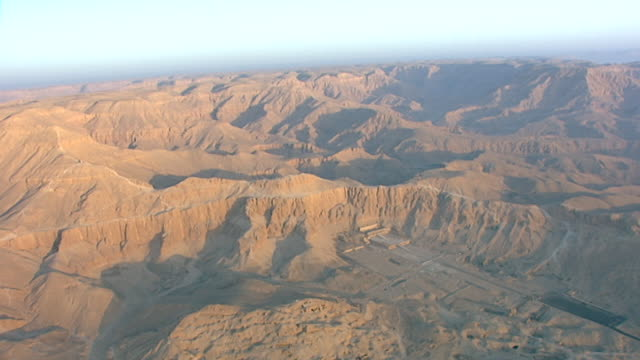 aerial view of deir el bahari and the temple of hatshepsut. - tempio di hatshepsut video stock e b–roll