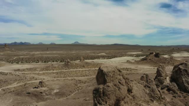 vídeos de stock e filmes b-roll de aerial view of desert and trona pinnacles - chaminé de fada
