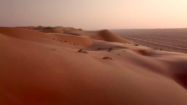 luftaufnahme der wüste bei sonnenaufgang - sanddüne stock-videos und b-roll-filmmaterial