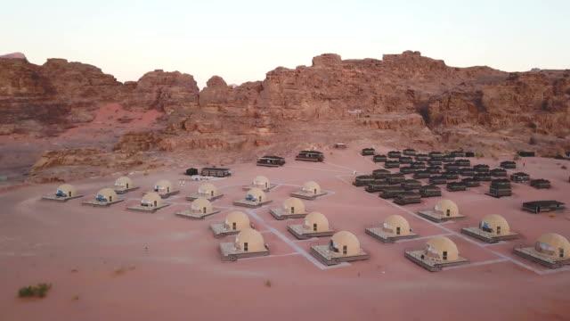 ワディ・ラム、ヨルダンの砂漠キャンプの空中風景 - ベドウィン族点の映像素材/bロール