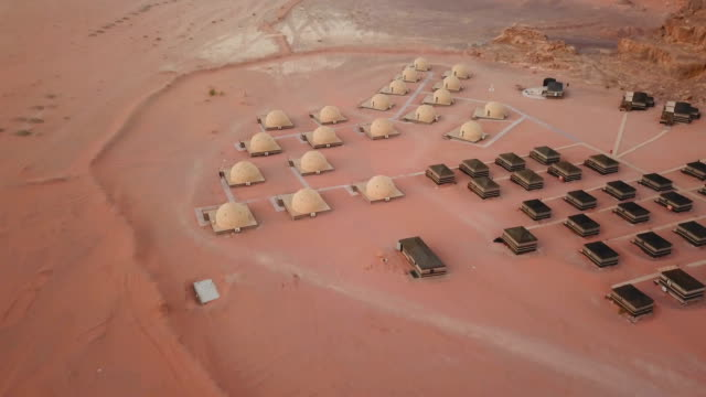 ヨルダン、ワディラムの砂漠キャンプの航空写真 - ベドウィン族点の映像素材/bロール