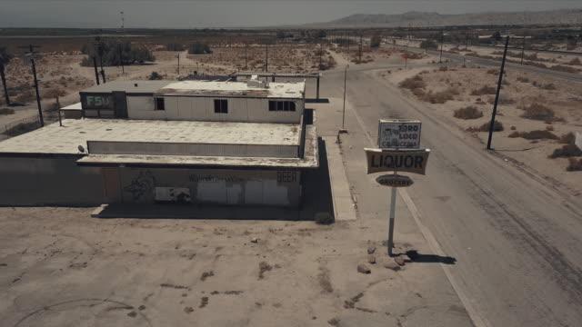 vídeos y material grabado en eventos de stock de aerial view of desert ghost town - ciudad muerta