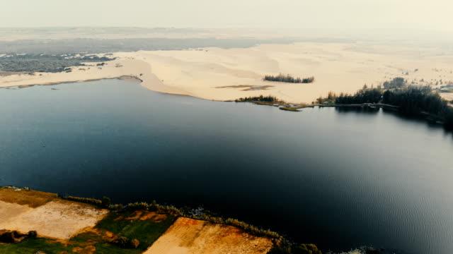 vídeos y material grabado en eventos de stock de vista aérea del desierto cerca del lago de - oasis desierto