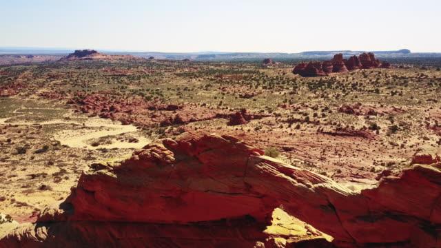 luftaufnahme von wüstensandund und klippen - gebäudefries stock-videos und b-roll-filmmaterial