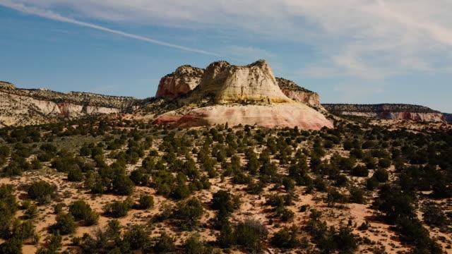luftaufnahme der wüste sand stein und felsen - gebäudefries stock-videos und b-roll-filmmaterial