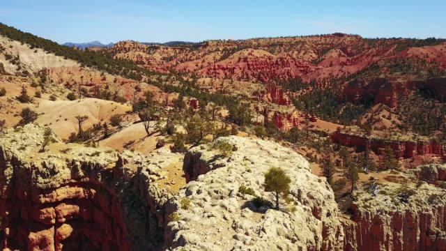 砂漠の砂石と崖の航空写真 - ザイオン国立公園点の映像素材/bロール