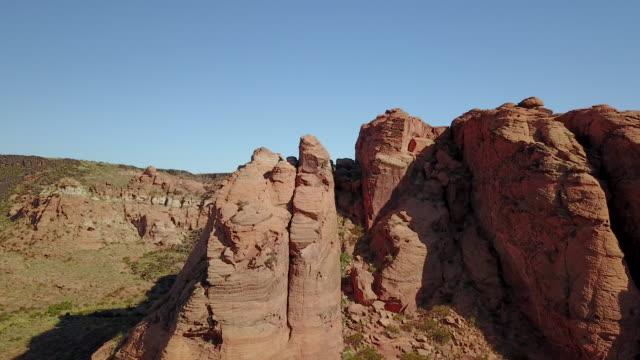 砂漠の砂の石や崖の航空写真 - 堆積岩点の映像素材/bロール