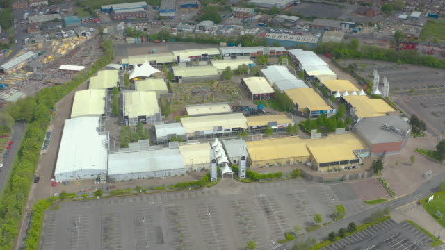 aerial view of deserted open air retail shopping outlet corona virus covid-19 quarantine lockdown - absence stock videos & royalty-free footage