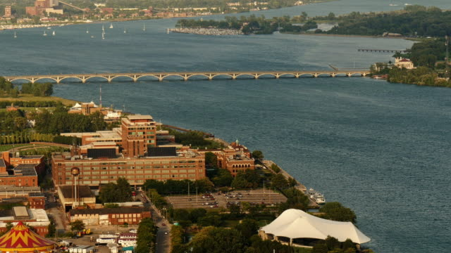 aerial view of detroit river with sailboats and mac arthur bridge and belle isle. wide shot - detroit river stock-videos und b-roll-filmmaterial