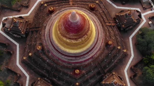 vidéos et rushes de vue aérienne du temple de dhammayazaka, bagan, myanmar - pagode