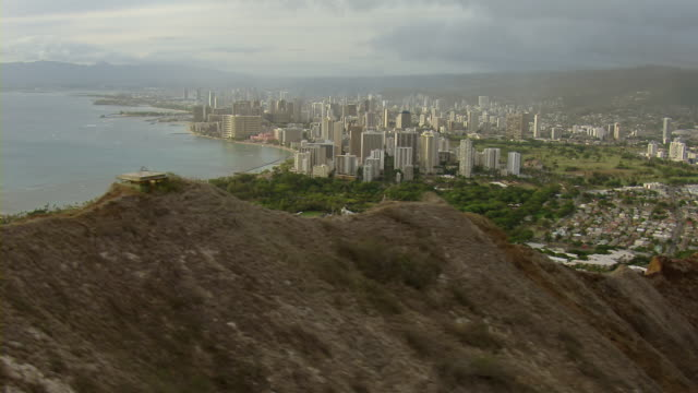 aerial view of diamond head crater towards skyscrapers in honolulu, hawaii. - stillahavsöarna bildbanksvideor och videomaterial från bakom kulisserna