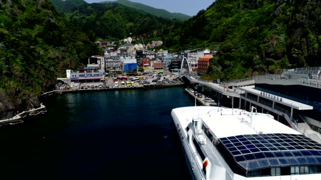 vídeos de stock, filmes e b-roll de aerial view of dodonghang port (famous travel destination in korea) at ulleungdo island - quebra mar