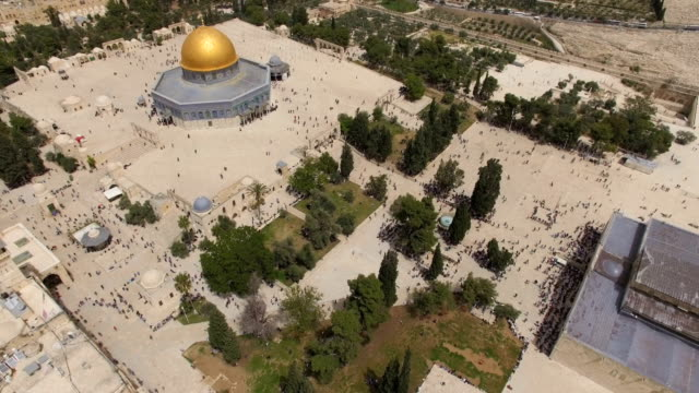 aerial view of dome of the rock, with muslim prayers - gerusalemme video stock e b–roll