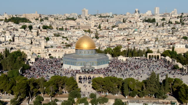aerial view of dome of the rock, with  thousands of muslim prayers/ jerusalem old city - praying stock videos & royalty-free footage
