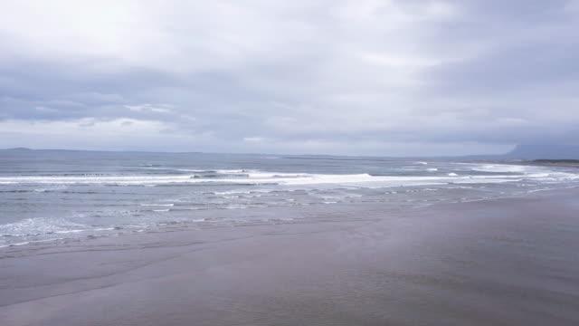 vídeos y material grabado en eventos de stock de aerial view of donegal beach in ireland - provincia de ulster