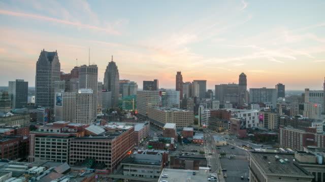 vidéos et rushes de vue aérienne du centre-ville de detroit au crépuscule - detroit
