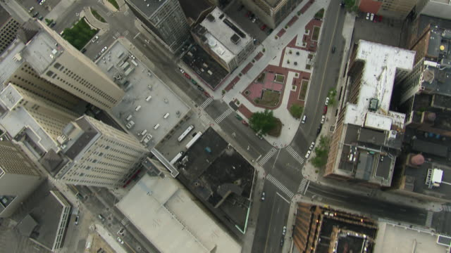 vidéos et rushes de aerial view of downtown detroit, looking straight down at streets and highrises. - detroit