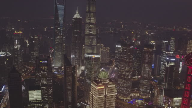 vídeos de stock, filmes e b-roll de aerial view of downtown district and oriental pearl tower at night - torre oriental pearl