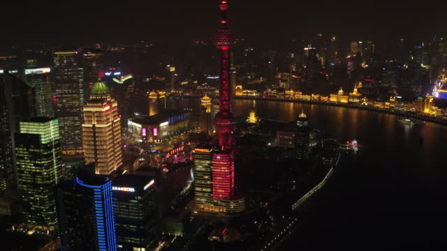vídeos de stock, filmes e b-roll de aerial view of downtown district in shanghai at night - torre oriental pearl