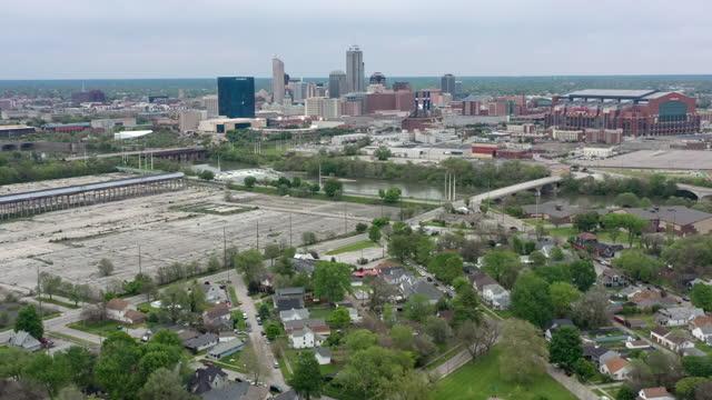 vídeos de stock e filmes b-roll de aerial view of downtown indianapolis and low-income neighborhood - cidade fantasma