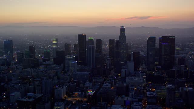 vídeos y material grabado en eventos de stock de aerial view of downtown los angeles at dusk, looking west towards the ocean and the hollywood hills, red r3d 4k - west hollywood