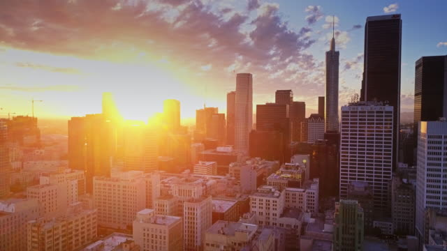 vídeos de stock, filmes e b-roll de aerial view of downtown los angeles at sunset - distrito financeiro