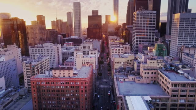 vídeos de stock e filmes b-roll de aerial view of downtown los angeles at sunset - crepúsculo
