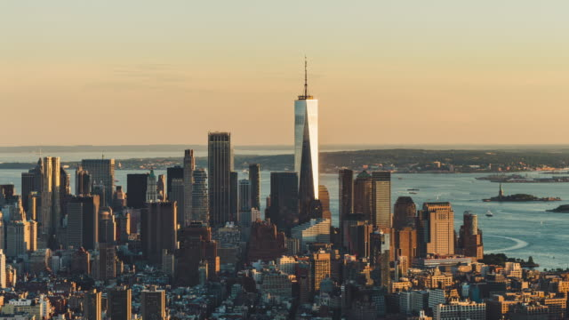 t/l ms ha schwenken luftaufnahme von downtown manhattan bei sonnenuntergang / nyc - one world trade center stock-videos und b-roll-filmmaterial