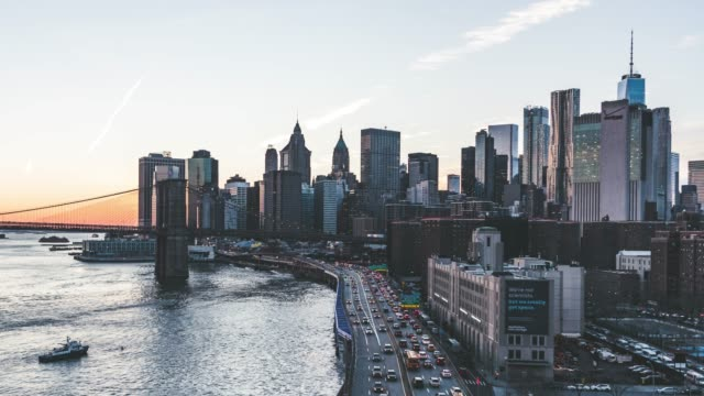 vídeos de stock, filmes e b-roll de t/l pan vista aérea da baixa manhattan ao pôr do sol, nyc - distrito da moda manhattan