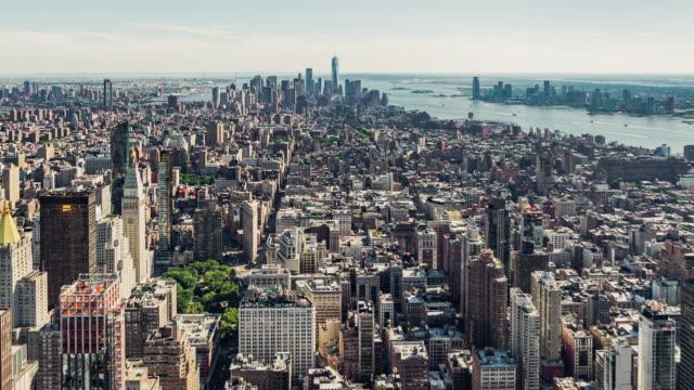 vidéos et rushes de t/l ws pan vue aérienne du centre-ville de manhattan, new york - international landmark