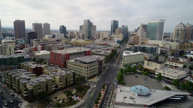 ダウンタウンオークランドカリフォルニアの航空写真 - オークランド点の映像素材/bロール