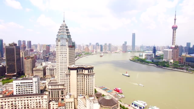vídeos de stock, filmes e b-roll de aerial view of downtown shanghai and huangpu river - torre oriental pearl