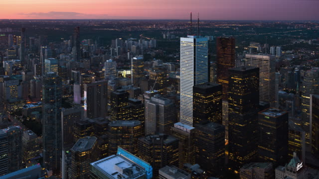 vídeos de stock e filmes b-roll de t/l aerial view of downtown toronto and the financial district at sunset / toronto, ontario, canada - plano picado