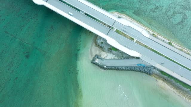 海の上の私道の空撮 - 橋点の映像素材/bロール