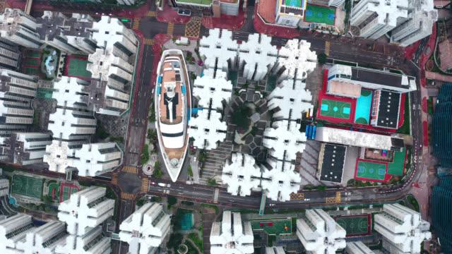 luftaufnahme der drohne, die über demonstus tenwas in hongkong fliegt, mit wolkenkratzer in hong kong city in china - dschunke stock-videos und b-roll-filmmaterial