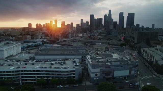 luftaufnahme der dtla skyline von over arts district rooftops - los angeles county stock-videos und b-roll-filmmaterial