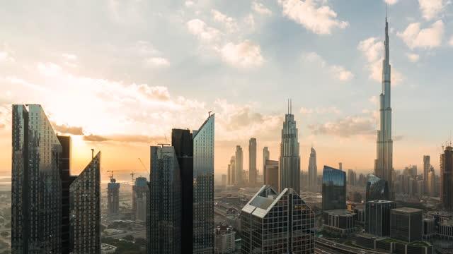 vidéos et rushes de vue aérienne t/l td de l'horizon de dubaï au lever de soleil - quartier financier