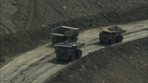 vidéos et rushes de aerial view of dump trucks at hobet 21 coal mine - mine de charbon