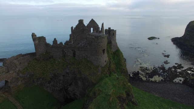 aerial view of dunluce castle. county antrim, northern ireland. - 城点の映像素材/bロール