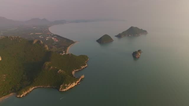 vídeos y material grabado en eventos de stock de aerial view of early morning sunrise over the seaside landscape and outlying islands in pranburi, thailand - vista marina