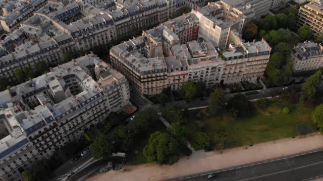 vidéos et rushes de vue aérienne de la tour eiffel - immeuble